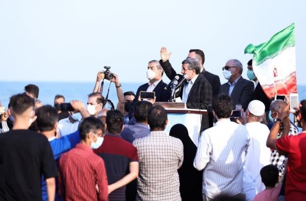 دکتر احمدی نژاد: سلطهگران جهانی برای تضعیف و چپاول ثروت تک تک کشورها و ملت های منطقه نقشه های دراز مدت کشیده اند/ خاطره ای درباره اسارت ۵۷ پاسدار انقلاب به دست نیروهای معارض + فیلم