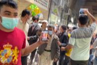 لحظات پرشور ابراز محبت مردم به دکتر احمدینژاد پس از خروج از امامزاده زید در بازار تهران