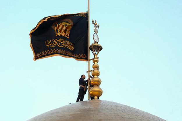 پرچم عزا بر گنبد امام رضا (ع) به اهتزاز درآمد