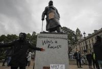 شعارنویسی بر روی مجسمه چرچیل در تظاهرات ضدنژادپرستی در لندن