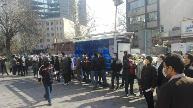 اعتراض مالباختگان بورس با پرتاب تخم مرغ به ساختمان بورس