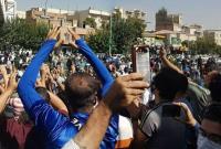 تجمع دوباره هواداران استقلال مقابل مجلس شورای اسلامی